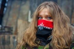 Uma menina do setor direito durante demonstrações em EuroMaidan imagem de stock