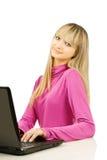 Uma menina do yung com portátil Imagens de Stock Royalty Free