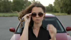 Uma menina doce perto do carro, vídeo completo do hd video estoque