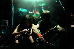Uma menina e um companheiro são músicos Fotografia de Stock