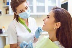 Uma menina e um dentista em uma clínica dental fotos de stock royalty free