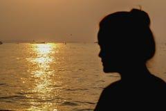 Uma menina e um mar Fotografia de Stock Royalty Free