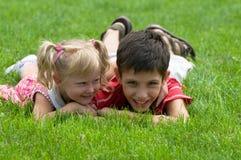 Uma menina e um menino no parque Fotos de Stock