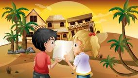 Uma menina e um menino que guardam um livro vazio no deserto Fotos de Stock