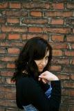 Uma menina e um tijolo foto de stock