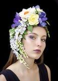 Uma menina em uma coroa da flor imagens de stock