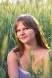 Uma menina em um campo de trigo imagens de stock