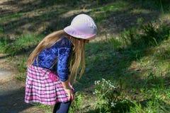 Uma menina em um chapéu cor-de-rosa imagens de stock