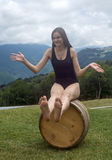 Uma menina em um tambor Imagem de Stock