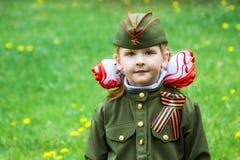 Uma menina em um uniforme militar na celebração de Victory Day em Volgograd fotografia de stock