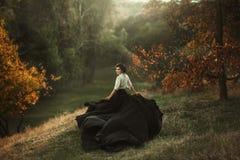 Uma menina em um vestido do vintage fotografia de stock royalty free