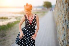 Uma menina em um vestido está dançando felizmente na parte externa foto de stock