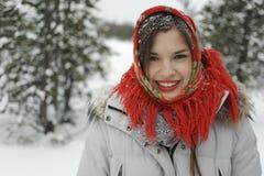 Uma menina em um xaile vermelho Imagens de Stock Royalty Free