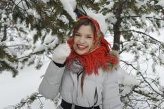 Uma menina em um xaile vermelho Fotografia de Stock