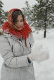 Uma menina em um xaile vermelho Imagem de Stock Royalty Free