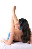 Uma menina em uma toalha azul imagens de stock