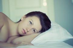 Uma menina encontra-se na cama pode o ` t cair pensamento e sonho adormecidos insomnia psychology Foto de Stock