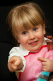 Menina engraçada que aponta seu dedo Fotos de Stock