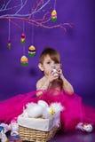 Uma menina engraçada pequena coberta na pintura Imagem de Stock Royalty Free