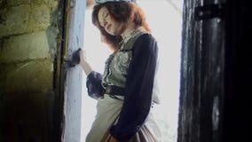 Uma menina entra em um celeiro do país vídeos de arquivo