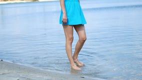 Uma menina está andando ao longo da costa filme