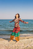 Uma menina está andando ao longo da praia Fotografia de Stock Royalty Free