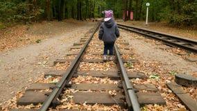 Uma menina está andando nos trilhos vídeos de arquivo