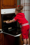 Uma menina está cozinhando Foto de Stock Royalty Free
