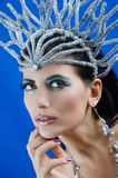 Uma menina está em uma coroa Imagens de Stock Royalty Free