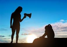 Uma menina está gritando e sua mãe grita nela no altifalante, ensina sua disciplina fotografia de stock