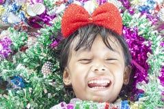 Uma menina está muito feliz no Natal e no ano novo imagens de stock royalty free