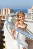 Uma menina está no balcão do hotel imagem de stock royalty free