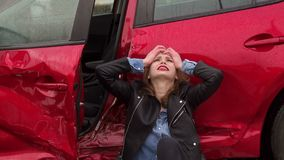 Uma menina estava em um acidente na estrada na chuva, ? ferida e assustado video estoque