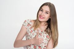 Uma menina feliz em um fundo branco A menina conseguiu seu objetivo na vida fotos de stock royalty free