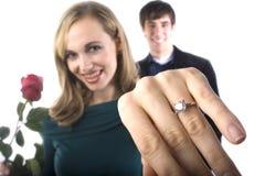 Uma menina feliz mostra fora seu anel novo imagem de stock