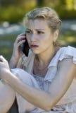 Uma menina frustrante fala no telefone Fotografia de Stock Royalty Free