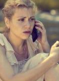 Uma menina frustrante fala no telefone Fotos de Stock Royalty Free