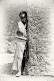 Uma menina ganesa levanta perto da árvore Fotos de Stock Royalty Free