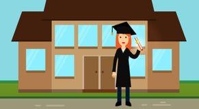 Uma menina graduada agradável na roupa acadêmico: um chapéu com uma borla e um envoltório, posses um rolo com um diploma em suas  Foto de Stock Royalty Free