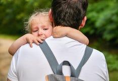 Uma menina grita e abraça o pai imagens de stock