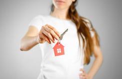 Uma menina guarda as chaves à casa Casa do vermelho da porta-chaves Imagem de Stock