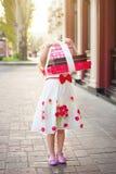 Uma menina guarda caixas com presentes foto de stock royalty free
