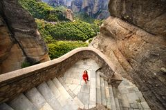 Uma menina imergida no panorama de Meteora foto de stock