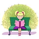 Uma menina lê um livro Imagens de Stock Royalty Free