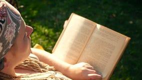 Uma menina lê um livro HD video estoque