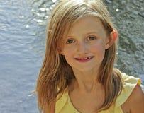 Uma menina loura da cinza com olhos côr de avelã Foto de Stock Royalty Free