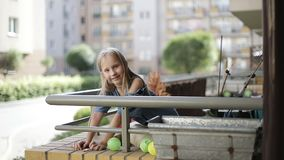 Uma menina loura faz figuras dos ímãs video estoque