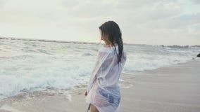 Uma menina molhada que engana na costa do mar video estoque