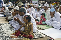 Uma menina muçulmana na oração de Eid Fotos de Stock Royalty Free