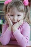 Uma menina na cor-de-rosa foto de stock